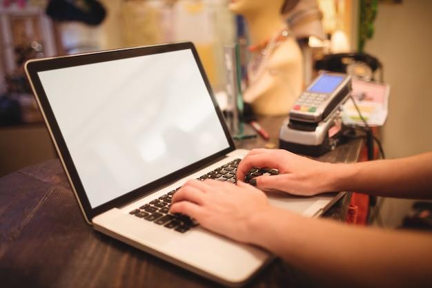 Mãos, femininas, pessoal, usando, laptop, contador Foto gratuita