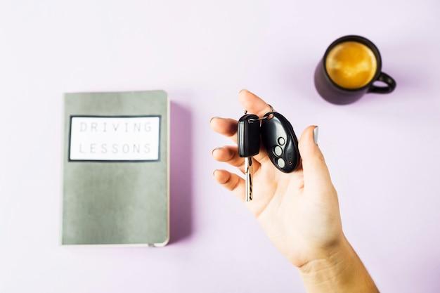 Mãos femininas segurar as chaves do carro Foto Premium