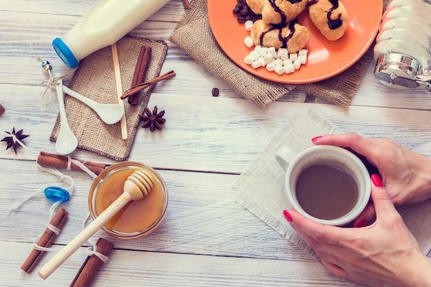 Mãos femininas segurar uma xícara de café Foto Premium