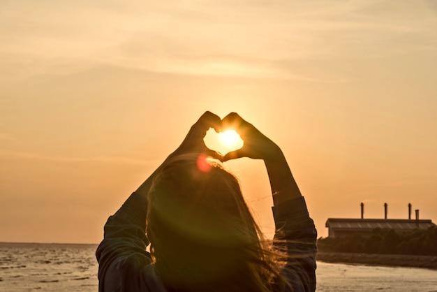 Mãos, formando, coração, forma, pôr do sol, silueta Foto gratuita