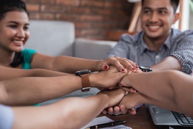 Mãos juntas amigo Foto Premium