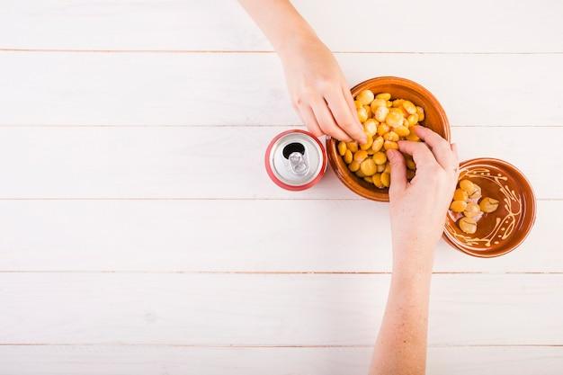 Mãos, levando, feijões, de, tigela, ligado, tabela Foto gratuita