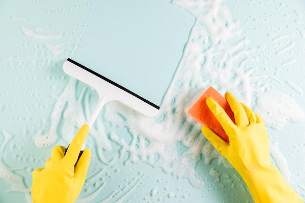 Mãos, limpeza, janela Foto gratuita