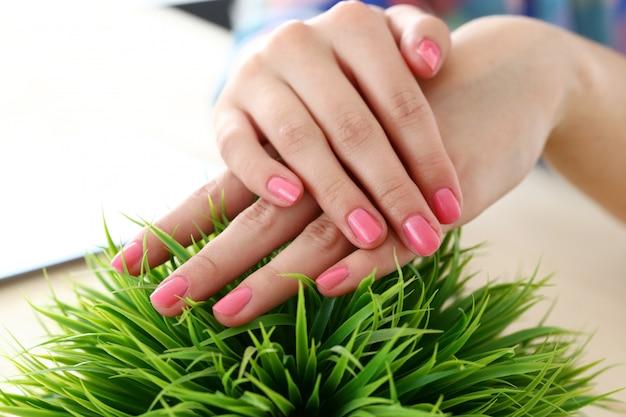 Mãos lindas e macias Foto gratuita