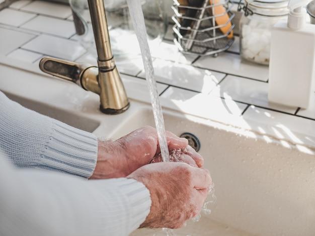 Mãos masculinas e uma barra de sabão Foto Premium