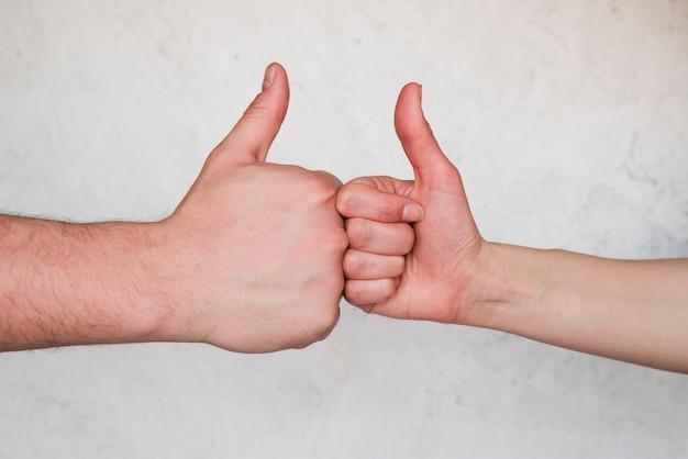 Mãos, mostrando, polegar cima, sinal Foto gratuita