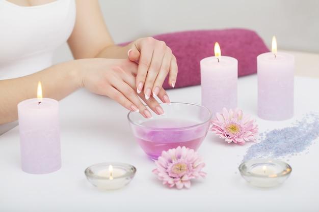 Mãos mulher, recebendo, um, esfregue mão, descascamento, por, um, esteticista, em, salão beleza Foto Premium