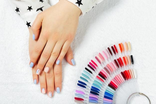 Mãos mulher, recebendo, um, manicure, em, salão beleza Foto Premium