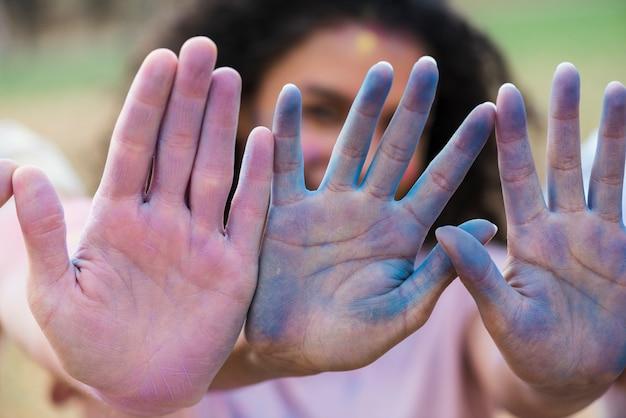 Mãos multicoloridas no festival de holi Foto gratuita