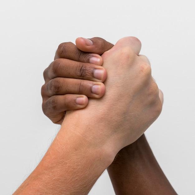 Mãos multirraciais se juntando Foto Premium