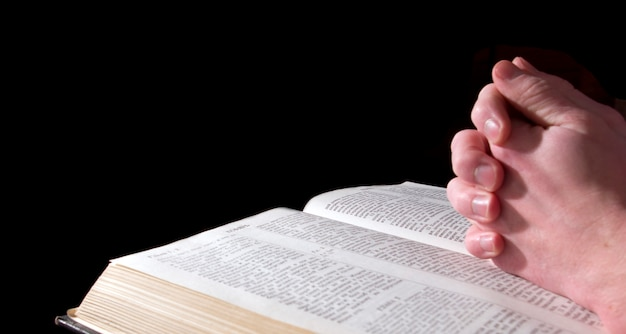 Mãos na bíblia Foto Premium