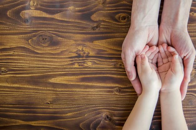 Mãos pessoas. foco seletivo. casal de mãos de família. Foto Premium