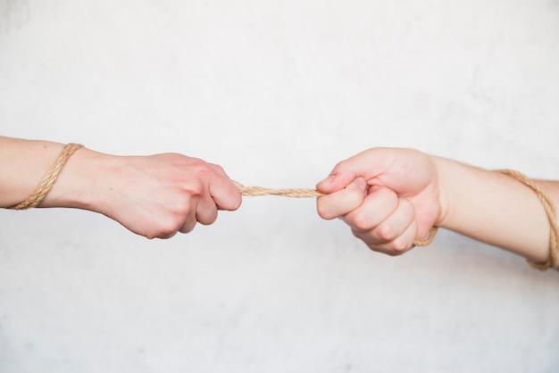 Mãos, puxando, corda Foto gratuita
