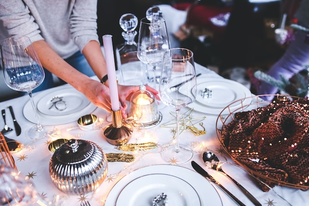 Mãos que colocam a decoração de mesa Foto gratuita