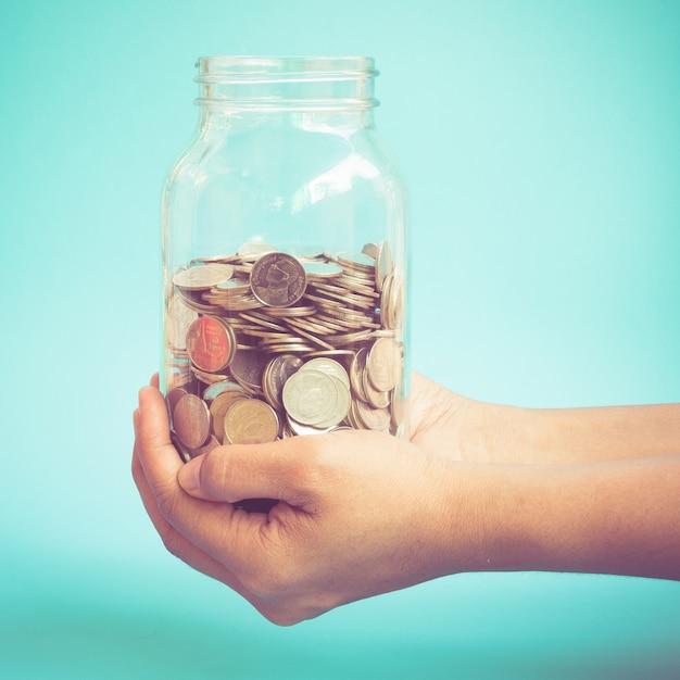 Mãos, segurando, dinheiro, com, filtro, efeito, retro, vindima, estilo Foto Premium