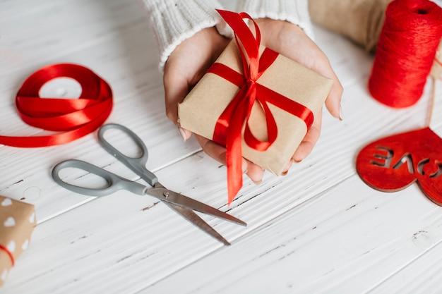 Mãos, segurando, embrulhado, presente, para, valentine Foto gratuita
