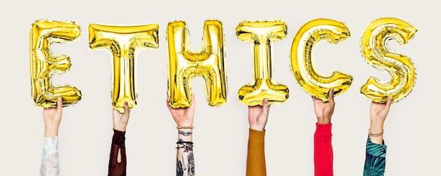 Mãos, segurando, ethics, palavra, em, balloon, letras Foto Premium