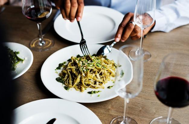 Mãos, segurando, faca garfo, obtendo, alimento, de, prato Foto Premium