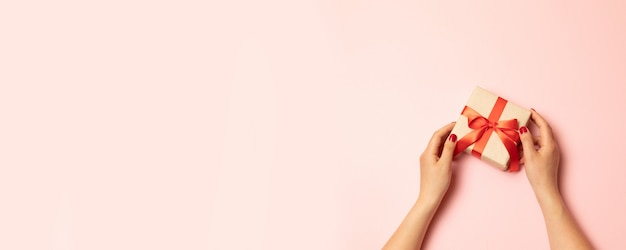 Mãos, segurando, kraft, papel, presente, caixa, com, como, um, presente surpresa Foto Premium