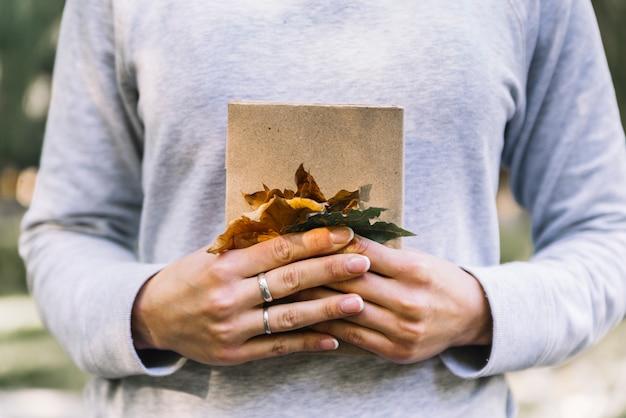 Mãos, segurando, livro, com, folhas Foto gratuita