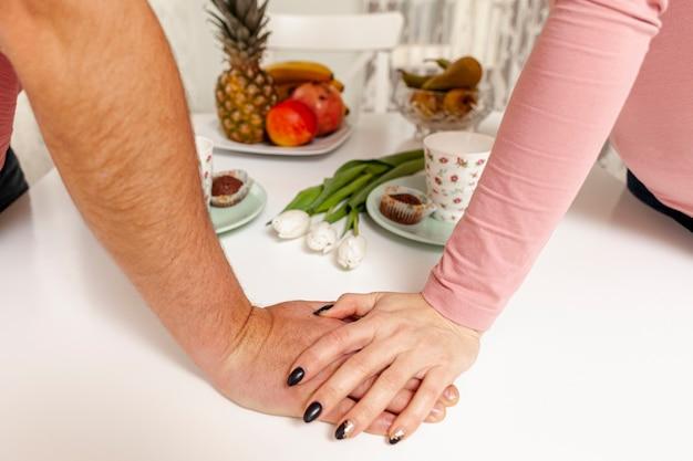 Mãos segurando um ao outro na mesa Foto gratuita