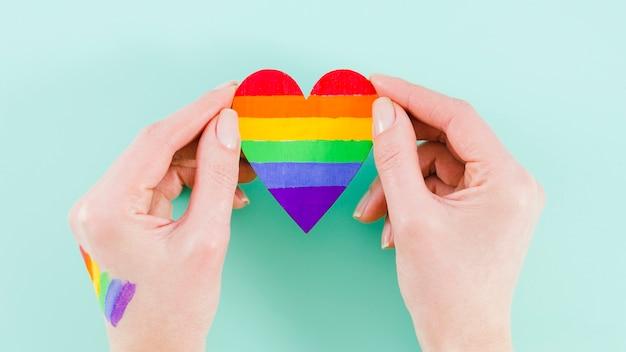 Mãos, segurando, um, coração, com, orgulho, dia, bandeira, cores Foto gratuita