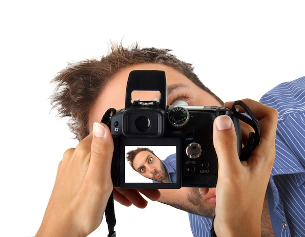 Mãos segurando uma câmera e tirar uma foto para wow man. Foto Premium