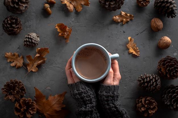 Mãos segurando uma xícara de chocolate hoc Foto gratuita