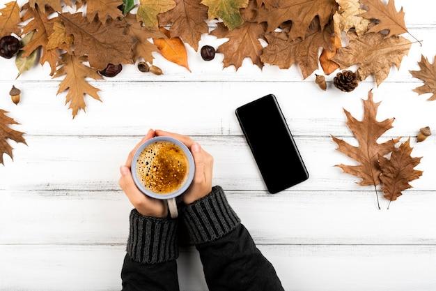 Mãos, segurando, xícara café quente Foto gratuita