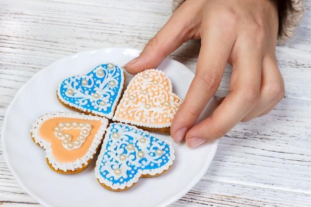 Mãos, segurar, biscoitos, em, forma, de, coração Foto Premium