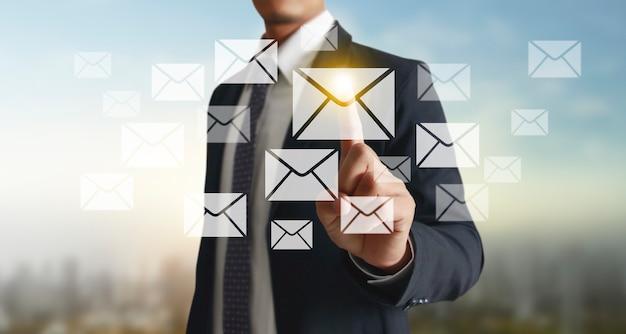 Mãos tocando a interface da tela do botão conexão global troca de dados de rede do cliente Foto Premium