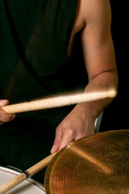Mãos tocando bateria com paus Foto gratuita