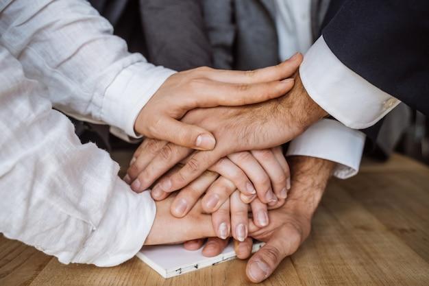 Mãos unidas da equipe de negócios Foto gratuita