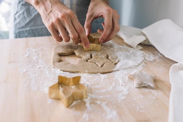 Mãos, usando, cortador biscoito, ligado, massa Foto gratuita