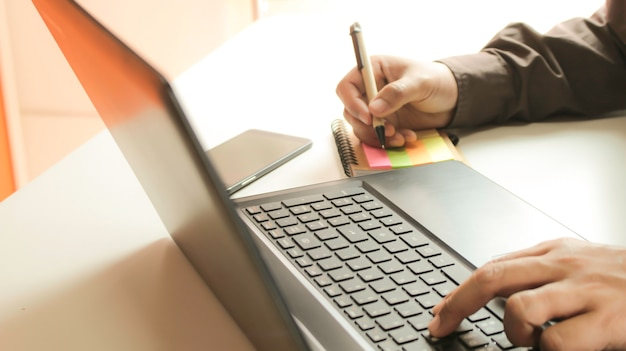 Mãos, usando, laptop, e, smartphone Foto Premium