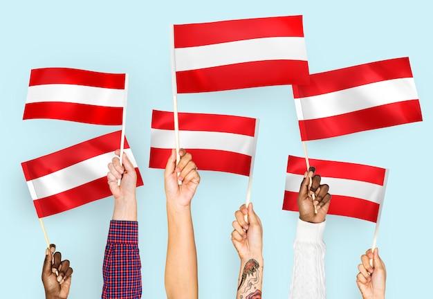 Mãos, waving, bandeiras, de, áustria Foto gratuita