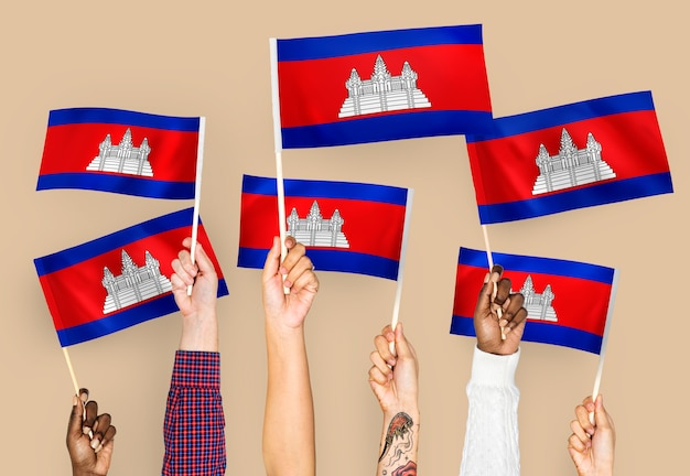 Mãos, waving, bandeiras, de, cambodia Foto gratuita