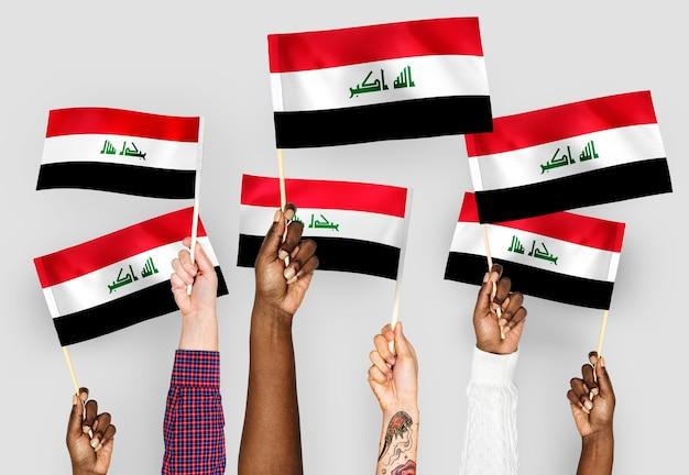 Mãos, waving, bandeiras, de, iraque Foto gratuita