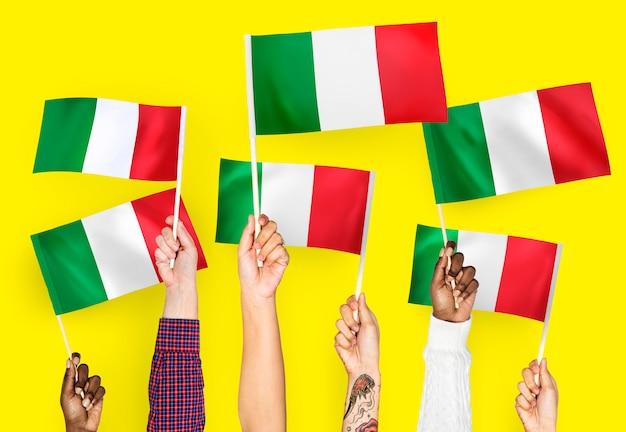 Mãos, waving, bandeiras, de, itália Foto gratuita