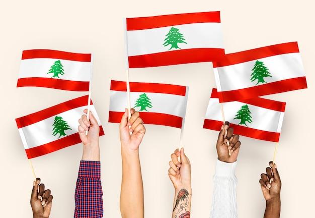 Mãos, waving, bandeiras, de, líbano Foto gratuita