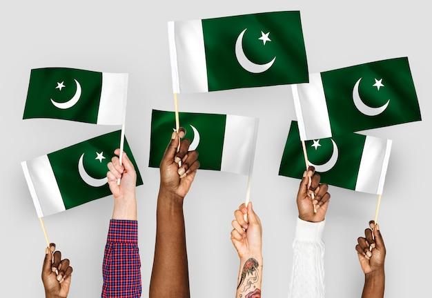 Mãos, waving, bandeiras, de, paquistão Foto gratuita