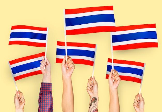 Mãos, waving, bandeiras, de, tailandia Foto gratuita