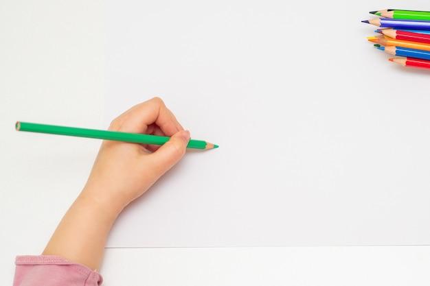Mãozinha da menina de desenho em papel Foto Premium