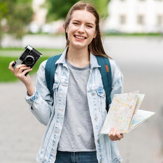 Mapa de exploração do viajante e foto antiga da câmera Foto gratuita