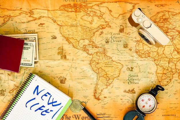 Mapa do mundo de papel velho e acessórios de viagem Foto Premium
