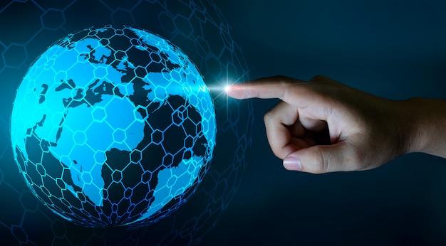Mapa do mundo nas mãos de uma tecnologia de rede de empresário e comunicação Foto Premium