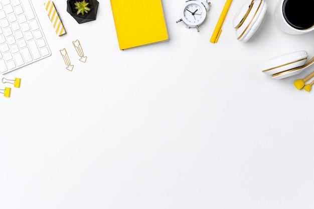Maquete aérea do espaço de trabalho doméstico com espaço de texto Foto Premium