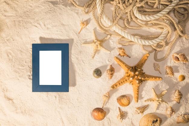 Maquete com moldura em branco e conchas Foto gratuita