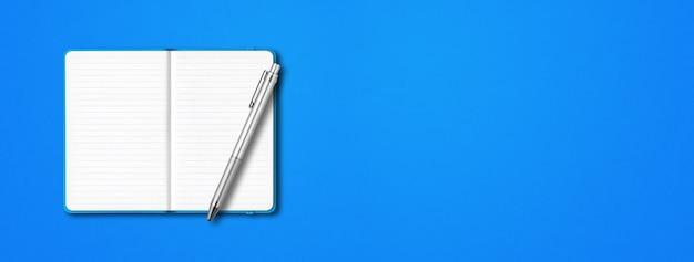 Maquete de caderno forrado aberto ciano com uma caneta isolada sobre fundo azul. banner horizontal Foto Premium