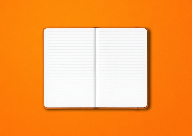 Maquete de caderno laranja com forro aberto isolado em fundo colorido Foto Premium